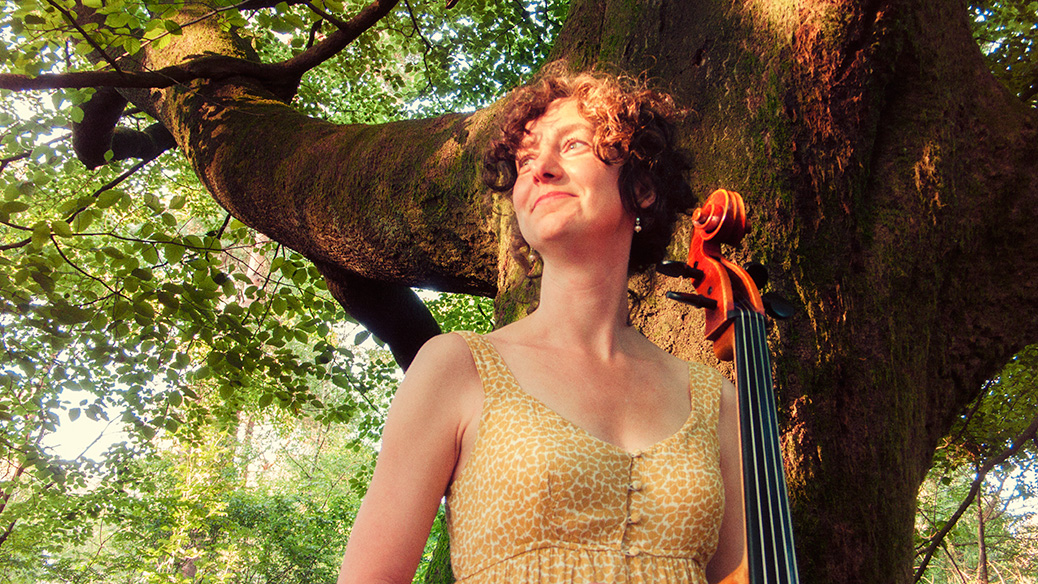 Celliste Mirjam Daalmans met cello in het bos