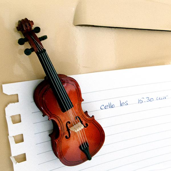 Cello magneet miniatuur cello voor op de koelkast